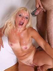 Horny mature Renee spreading her thighs to have her pussy fingered and fucked on webcam